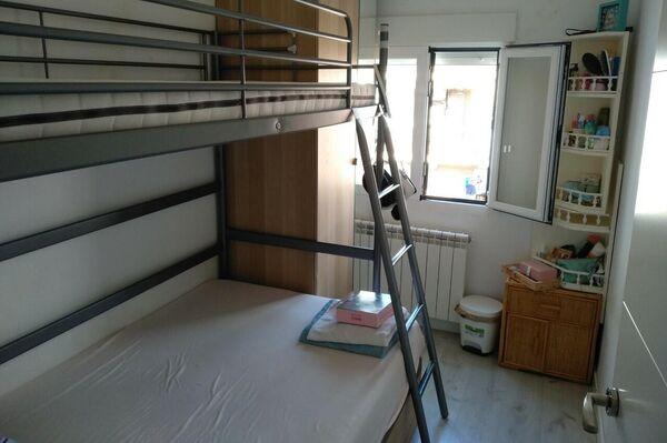 Literas en una habitación compartida de un piso de Entrevías, en Madrid - Sputnik Mundo