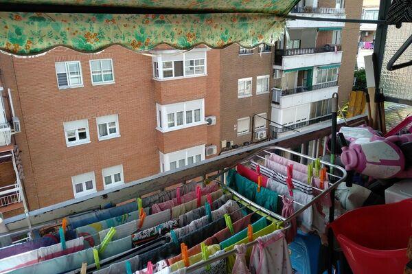 Terraza de un piso con habitación compartida en Entrevías (Madrid) - Sputnik Mundo