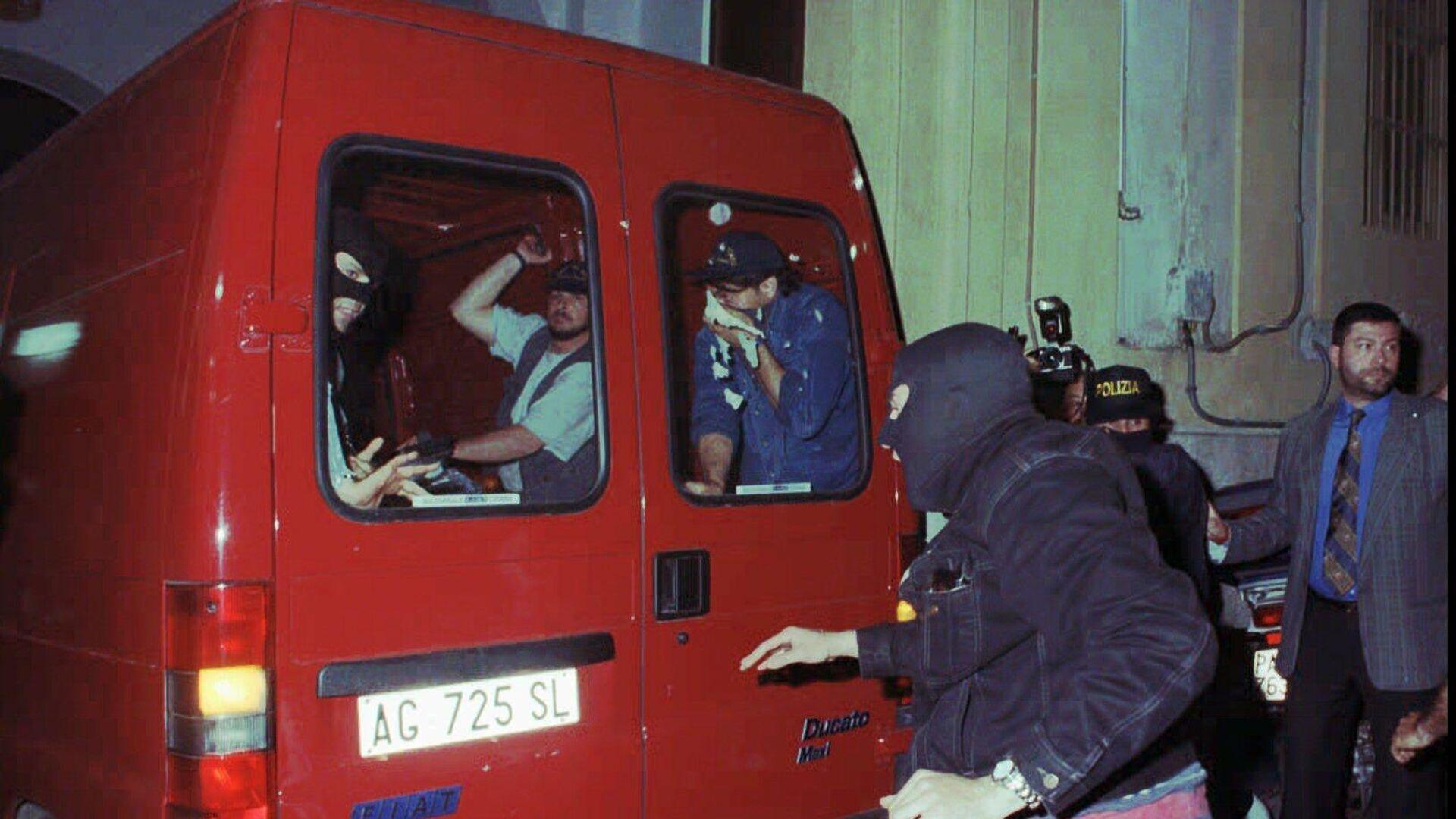 La policía italiana con Giovanni Brusca, uno de los hombres más buscados de Italia, un reputado terrorista de la mafia, y su hermano Vincenzo Brusca entran en el cuartel general de la policía en Palermo  - Sputnik Mundo, 1920, 03.06.2021