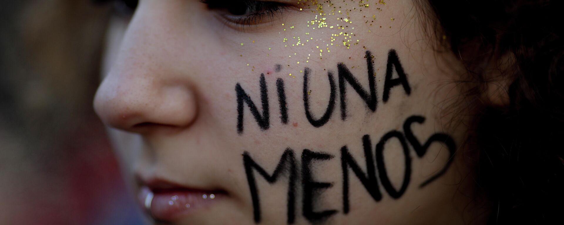 Una joven argentina con la leyenda 'Ni una menos' durante una marcha feminista en Buenos Aires en 2017 - Sputnik Mundo, 1920, 03.06.2021