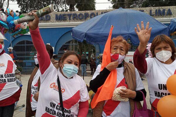 Mónica Oré Carranza (derecha) en el acto de campaña de Fujimori - Sputnik Mundo