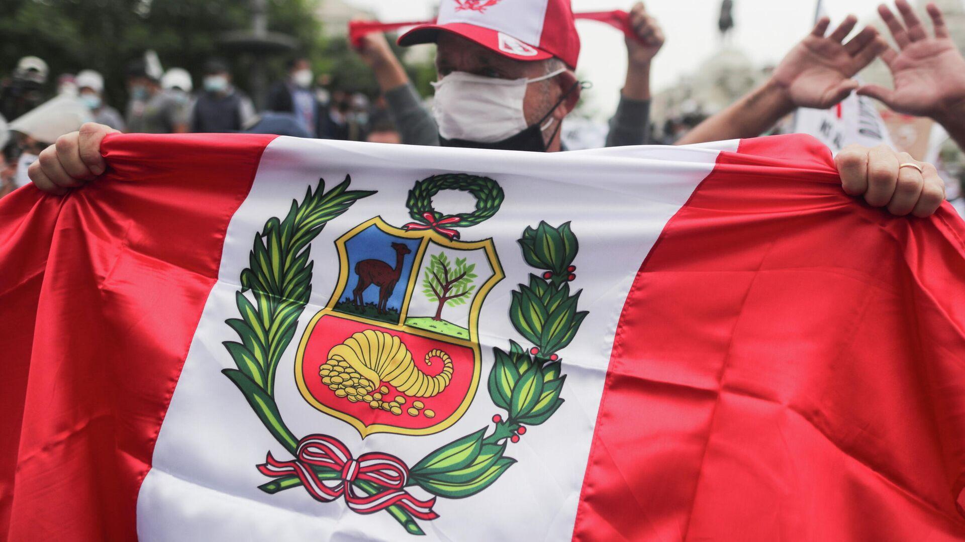 Un manifestante con la bandera peruana en Lima - Sputnik Mundo, 1920, 04.06.2021