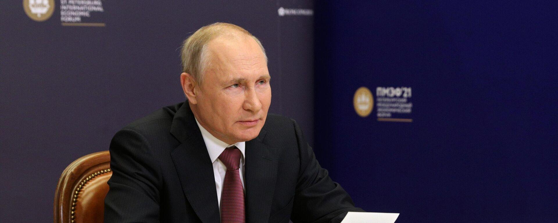 Vladímir Putin, presidente de Rusia, participa del Foro Económico de San Petersburgo - Sputnik Mundo, 1920, 04.06.2021