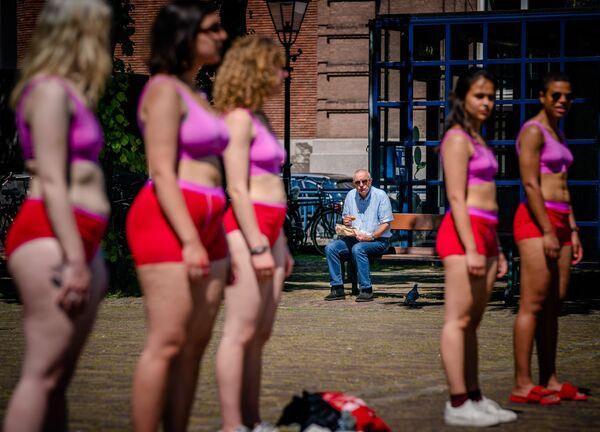 Un hombre observa una protesta estudiantil en la plaza Plein en La Haya (Países Bajos). - Sputnik Mundo