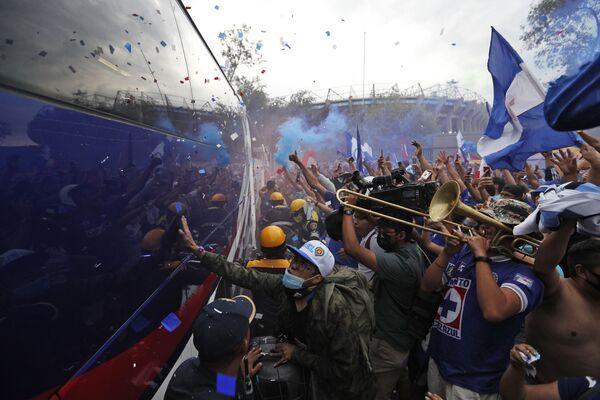 Los hinchas de Cruz Azul celebran la llegada del autobús del equipo al estadio Azteca para el último partido del campeonato de la liga mexicana de fútbol en la Ciudad de México (México). - Sputnik Mundo