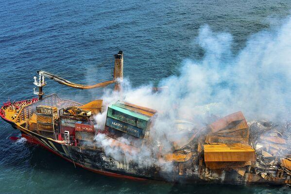 El buque portacontenedores MV X-Press Pearl, cargado con productos químicos, es remolcado frente a la costa de Colombo (Sri Lanka). - Sputnik Mundo