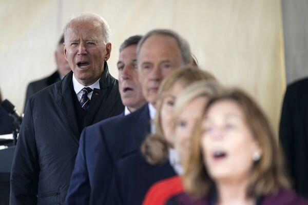 El presidente de Estados Unidos, Joe Biden, canta God Bless America durante un evento del Día de los Caídos en New Castle (EEUU). - Sputnik Mundo