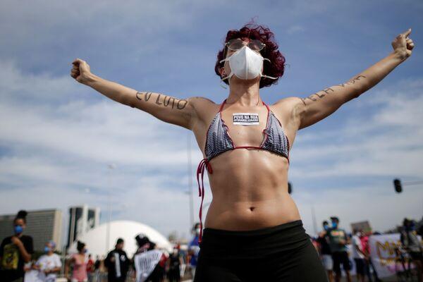 Una joven participa de las protestas contra el Gobierno del presidente Jair Bolsonaro en Brasilia (Brasil). - Sputnik Mundo