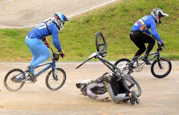 El letón Kristens Krigers cae durante la final del torneo BMX Supercross World Cup, en Bogotá (Colombia). - Sputnik Mundo