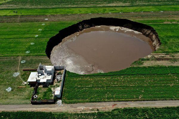 Vista aérea de un sumidero que fue encontrado por agricultores en un campo de cultivo en Santa María Zacatepec (México). - Sputnik Mundo
