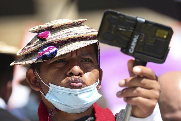 Un representante del pueblo Misak se toma un selfi durante una protesta contra el Gobierno en Bogotá (Colombia). - Sputnik Mundo