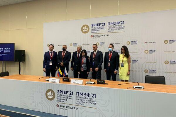 La ceremonia de la firma de un contrato para importar la vacuna EpiVacCorona a Venezuela - Sputnik Mundo