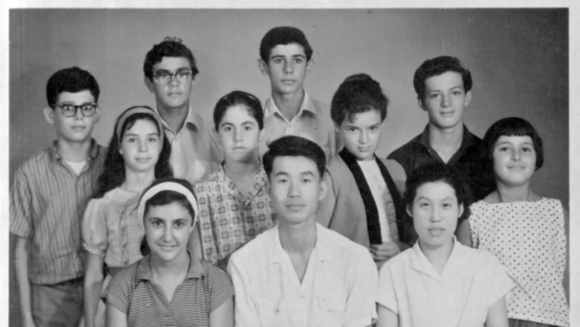 Sergio Cabrera y su familia, en una imagen durante sus años en China - Sputnik Mundo, 1920, 04.06.2021