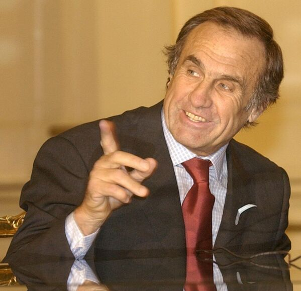 Carlos Reutemann, gobernador de la provincia de Santa Fe, explicando que declinó aceptar la candidatura del Partido Justicialista argentino a las elecciones presidenciales de 2003. - Sputnik Mundo