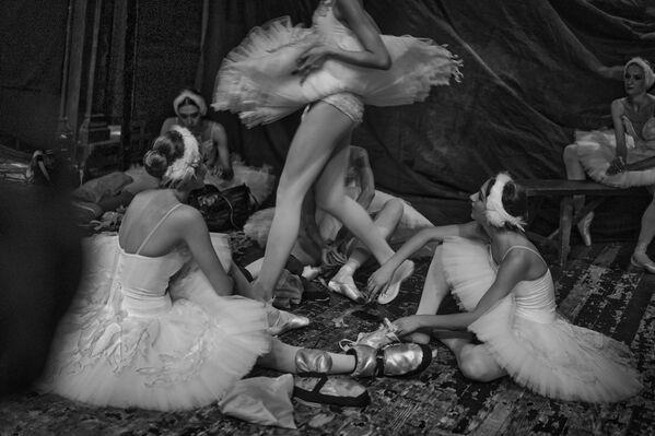 Alexéi Tsiler ganó en la categoría proyecto fotográfico con Detrás del ballet, una mirada entre las bambalinas de una academia de ballet durante una actuación.  - Sputnik Mundo