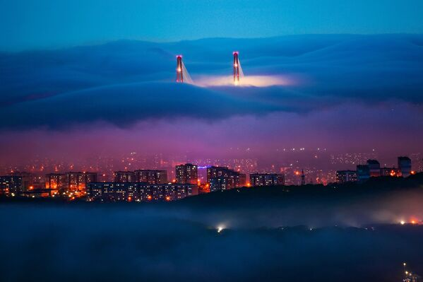 Yuri Smitiuk ganó en la categoría paisaje con su obra Niebla mágica. La foto se registró en la época en que el frío primaveral da lugar a un clima cálido, generando una bruma casi mística sobre Vladivostok, en el Lejano Oriente de Rusia. - Sputnik Mundo