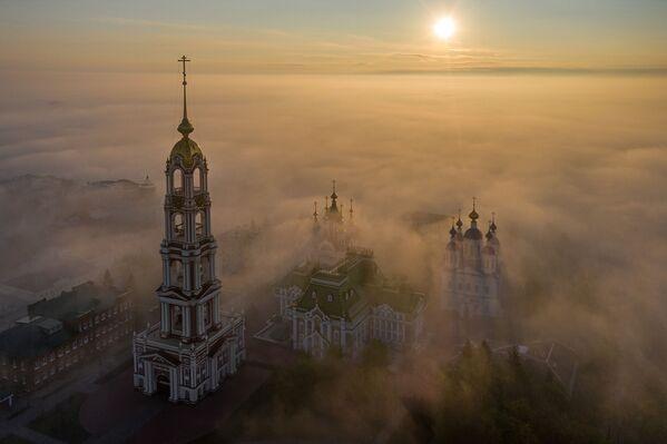 El monasterio de Kazán en la ciudad de Tambov, capturado por Valeri Gorbunov durante una neblinosa mañana de mayo, le dio al fotógrafo una victoria en la categoría Rusia a vista de pájaro. - Sputnik Mundo