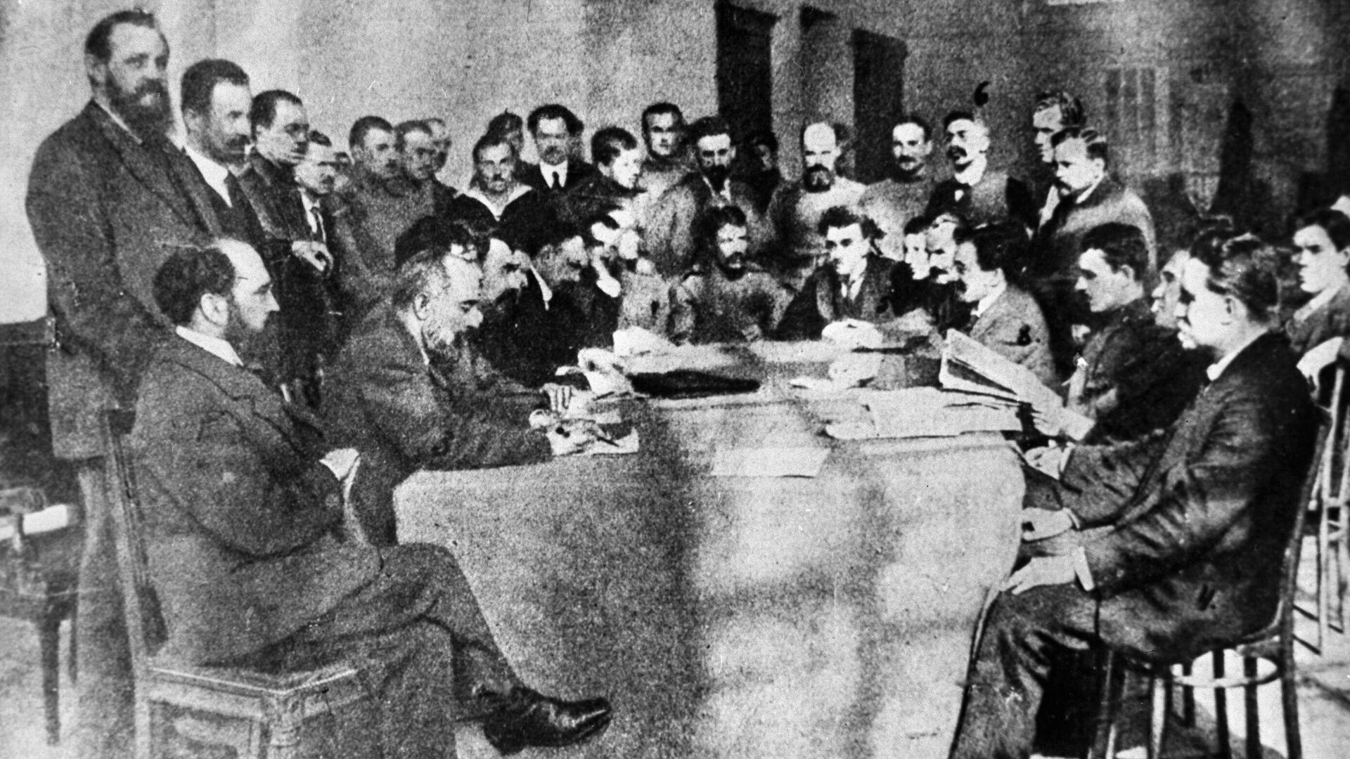 La reunión de un sóviet en 1917 - Sputnik Mundo, 1920, 06.06.2021