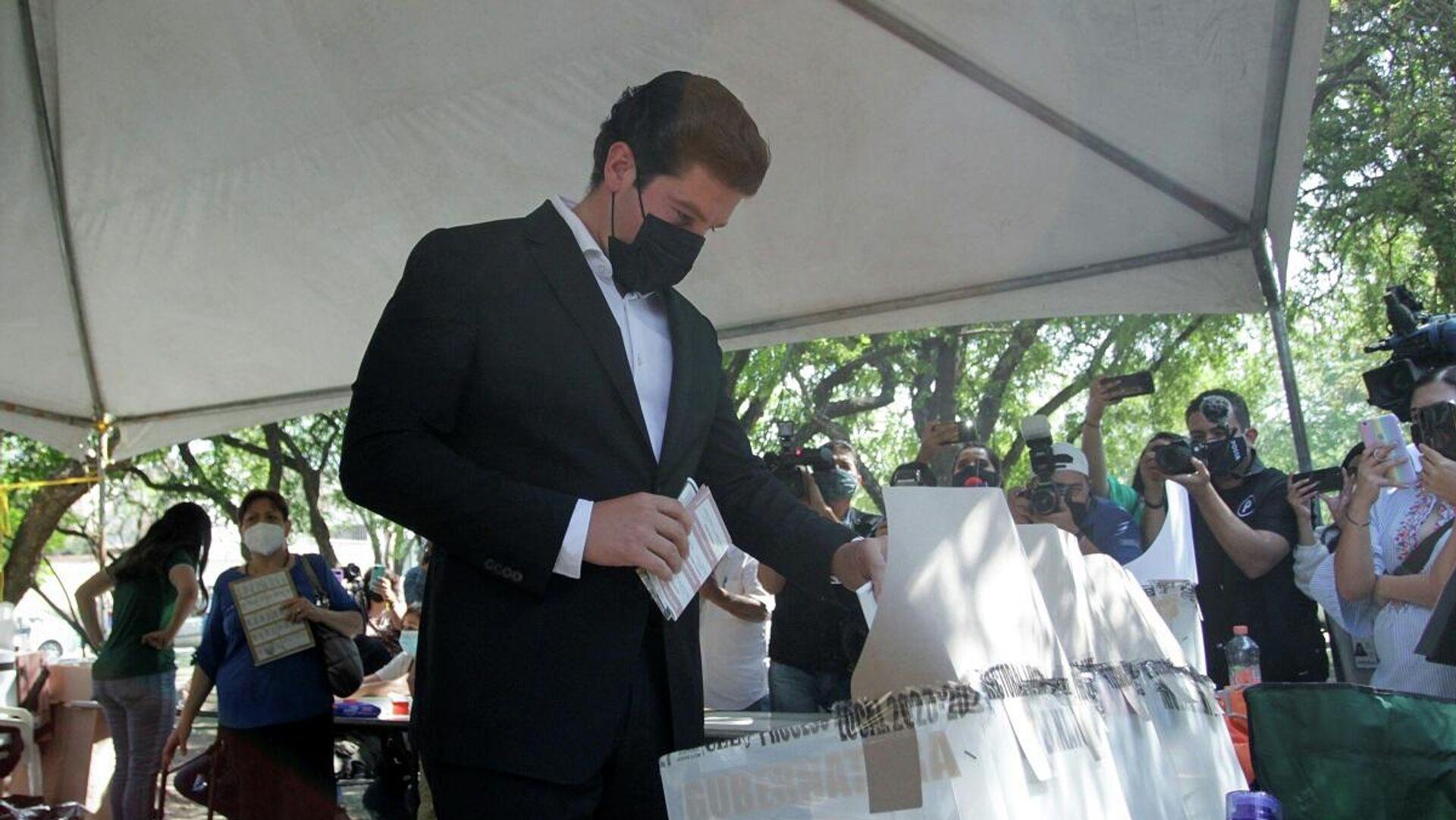 Samuel Garcia, el candidato del Movimiento Ciudadano, vota en las elecciones en México, el 6 de junio - Sputnik Mundo, 1920, 06.06.2021