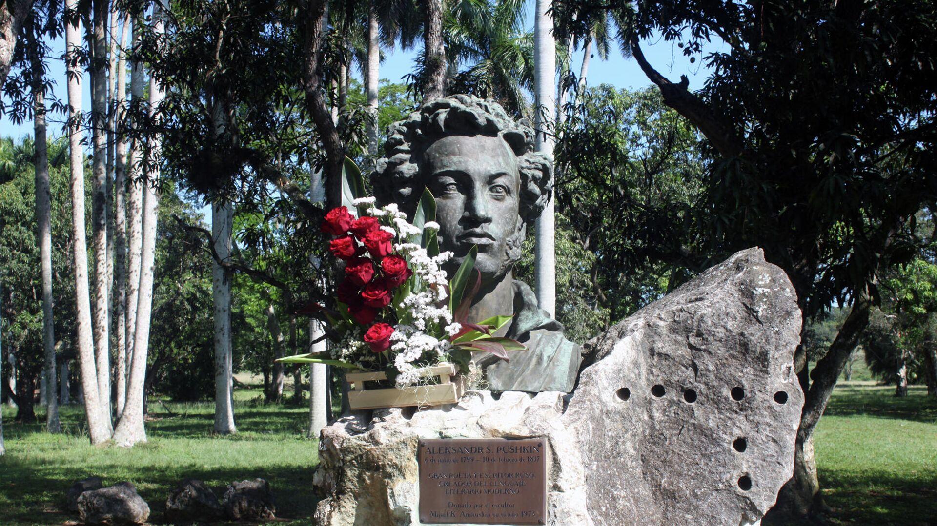 Ofrenda floral ante la estatua de Alexandr Pushkin en La Habana - Sputnik Mundo, 1920, 06.06.2021