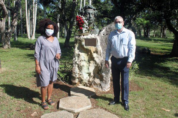 Ofrenda floral ante la estatua de Alexandr Pushkin en La Habana, a la derecha Marat Karímov, representante en Cuba de la Agencia Federal rusa Rossotrudnichestvo. - Sputnik Mundo