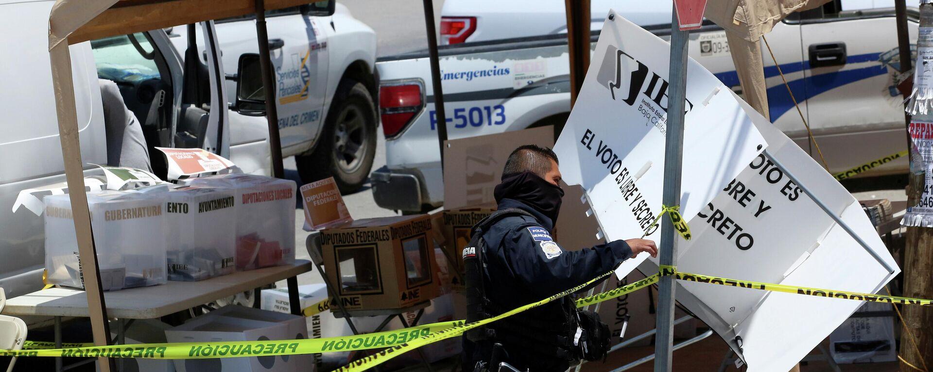 Un oficial de policía en Tijuana en el lugar donde un hombre arrojó restos humanos en las elecciones de México - Sputnik Mundo, 1920, 07.06.2021