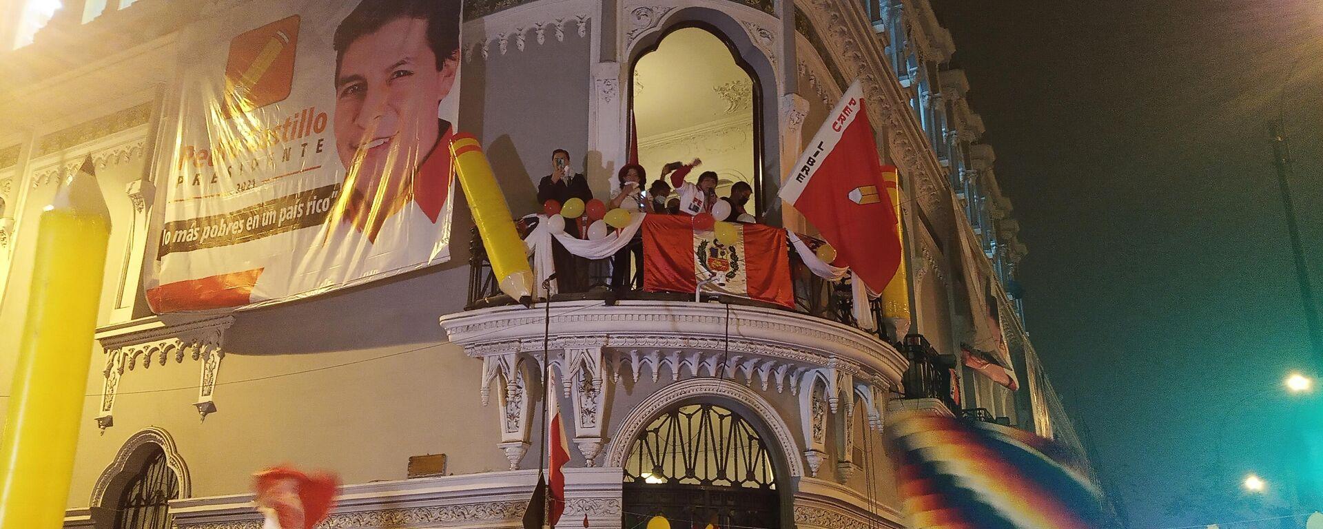 Concentración ante el local de campaña de Castillo en Lima - Sputnik Mundo, 1920, 07.06.2021