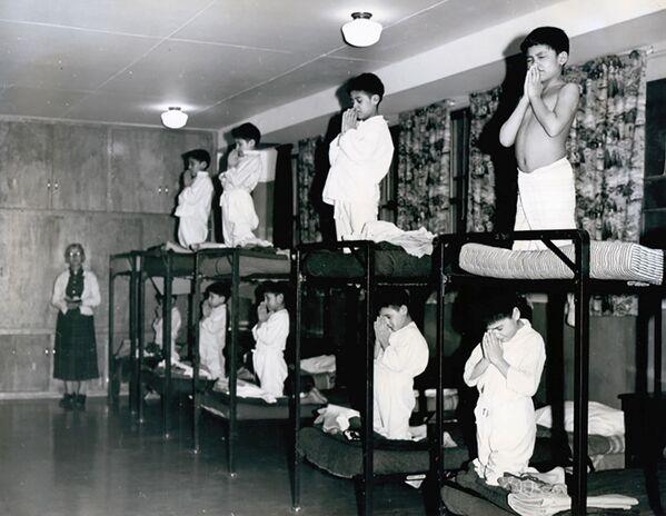Los niños rezan en sus camas en la escuela residencial Bishop Horden en la comunidad Moose Factory, en 1950.  - Sputnik Mundo