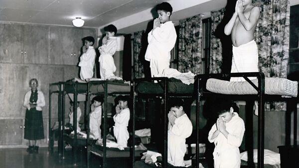 Мальчики молятся на кроватях в школе-интернате Bishop Horden в Канаде, 1950 год  - Sputnik Mundo
