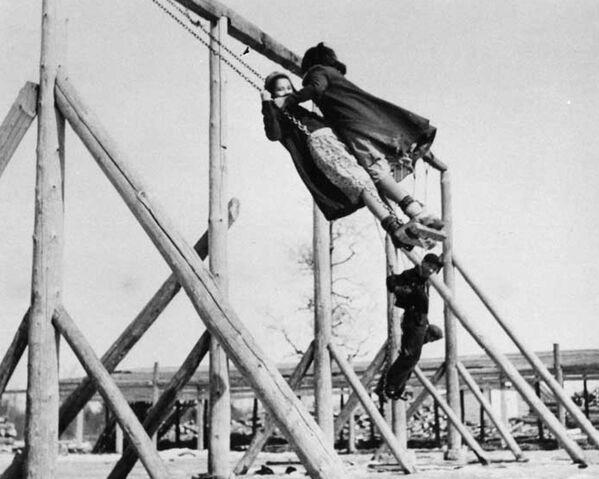 Los integrantes de la Primera Nación Tk'emlups te Secwepemc (la Comunidad de Indígenas de Kamloops) reportaron el descubrimiento el 27 de mayo. Los restos fueron encontrados mientras inspeccionaban el territorio de la escuela residencial con un georradar.En la foto: los menores indígenas se columpian en la escuela residencial Bishop Horden en la comunidad Moose Factory, la provincia de Ontario, en la década de 1940. - Sputnik Mundo