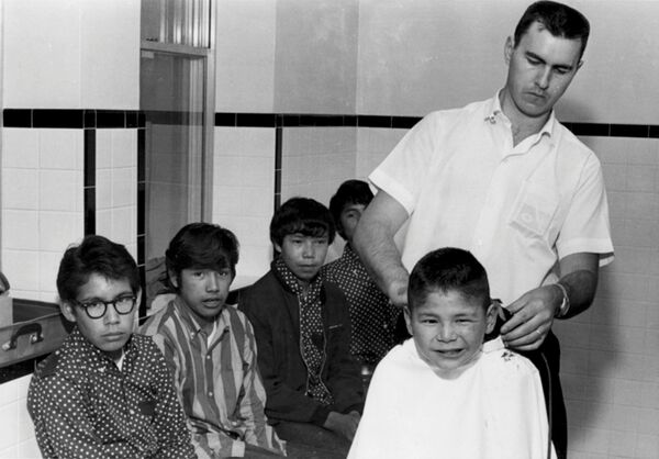 Un hombre corta el pelo a los niños en la escuela residencial Shingwauk, en la ciudad de Sault Ste. Marie, provincia de Ontario, en 1960.  - Sputnik Mundo
