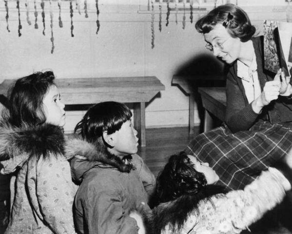 La escuela residencial para los menores indígenas en Kamloops, en cuyo territorio se realizó este terrorífico hallazgo, estuvo abierta desde 1890 a 1978, primero bajo las directrices de la Iglesia católica y luego bajo la administración de las autoridades laicas. Esta institución de enseñanza fue la de mayores dimensiones del sistema de escuelas residenciales de Canadá. Podían visitarla hasta 500 personas a la vez.En la foto: una clase en la escuela residencial en la aldea de Aklavik, los Territorios del Noroeste, en 1950. - Sputnik Mundo