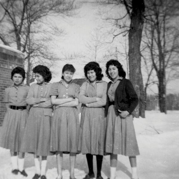 Entre 1863 y 1998, más de 150.000 niños indígenas canadienses separados de sus familias pasaron por estas escuelas residenciales. Se les prohibía hablar su lengua materna y practicar sus costumbres culturales. Los menores se sometían a la violencia y al trabajo forzoso.En la foto: las alumnas de la clase superior cerca de la escuela residencial Shingwauk, en 1960.  - Sputnik Mundo