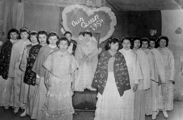 Los menores morían a menudo en las escuelas residenciales por enfermedades infecciosas, como el sarampión, la gripe y la tuberculosis, y no se registraron debidamente muertes entre los alumnos.En la foto: las alumnas de una escuela residencial de la ciudad de Spanish participan en un concurso de belleza, en 1954.  - Sputnik Mundo