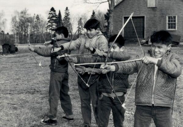 Tras descubrir en Kamloops los restos de 215 niños, el Gobierno de Canadá estableció el día festivo nacional para conmemorar el patrimonio del sistema de escuelas residenciales y el maltrato de indígenas. El 30 de septiembre se celebra el Día Nacional de la Verdad y la Reconciliación.En la foto: los alumnos de la escuela residencial Shingwauk en 1960.  - Sputnik Mundo