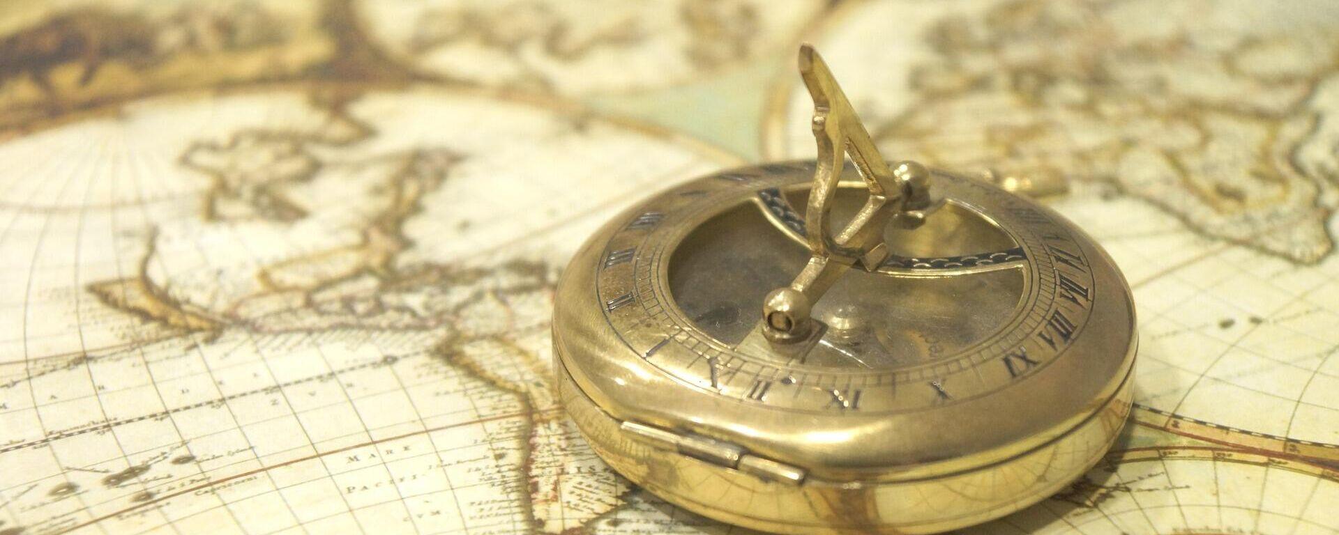 Mapa antiguo y una brújula. Imagen referencial - Sputnik Mundo, 1920, 07.06.2021