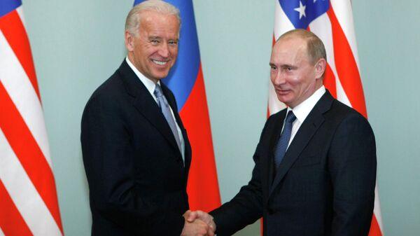Joe Biden y Vladímir Putin (archivo) - Sputnik Mundo