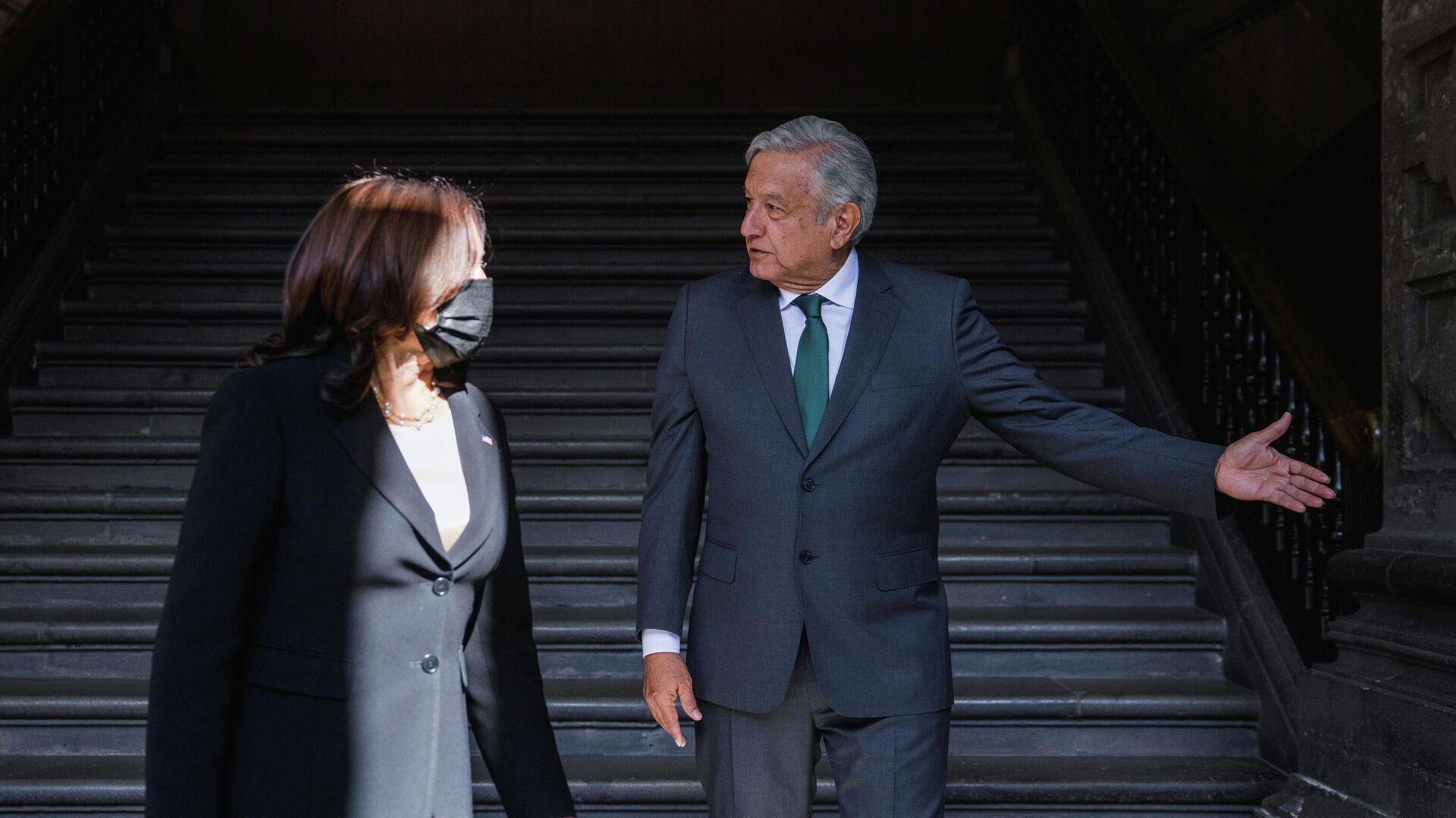 El presidente de México, Andrés Manuel López Obrador, recibe a la vicepresidente de EEUU, Kamala Harris, en el Palacio Nacional - Sputnik Mundo, 1920, 08.06.2021