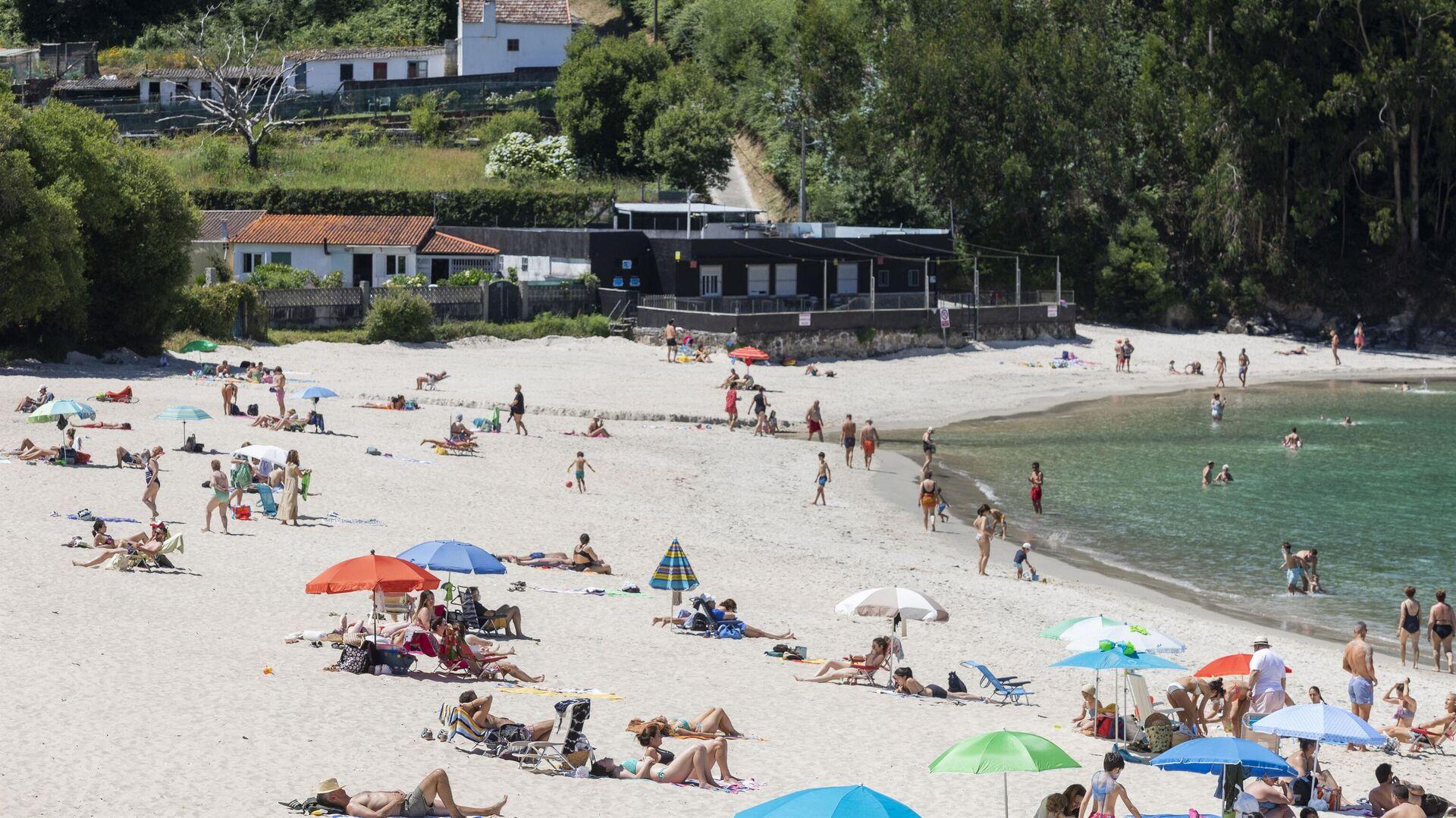 Personas en la playa, en Marín (Pontevedra) en junio 2021 - Sputnik Mundo, 1920, 09.06.2021