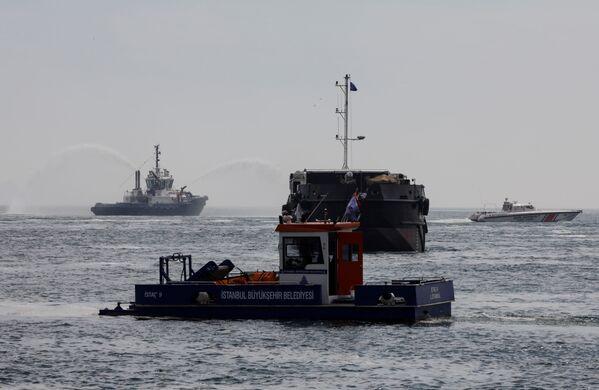 Los buques y guardacostas cerca del lugar donde se realizan las obras de depuración. - Sputnik Mundo