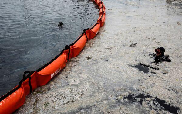 El mucílago marino, que parece una sustancia gelatinosa, se ha propagado no solamente sobre la superficie del mar, sino también en sus profundidades. Por lo tanto, el nivel de oxígeno en el agua marina ha disminuido notablemente y se hace urgente eliminarlo. - Sputnik Mundo