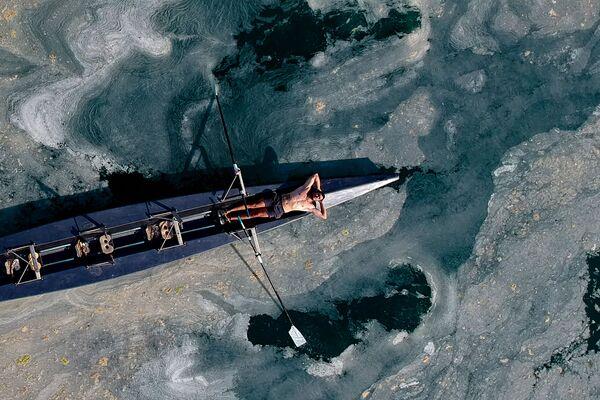 Los mayores niveles de contaminación se perciben en Estambul. Las algas y el plancton muerto han inundado todas las bahías, dársenas y playas. En la foto, un hombre en barca en el Mármara cubierto de mucílago, cerca de la playa de Caddebostan. - Sputnik Mundo