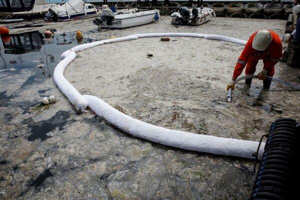Vistas desde arriba, las lanchas y demás embarcaciones se parecen a rompehielos. Los pescadores no pueden salir al mar, ya que el mucílago obstruye sus motores y redes.  - Sputnik Mundo