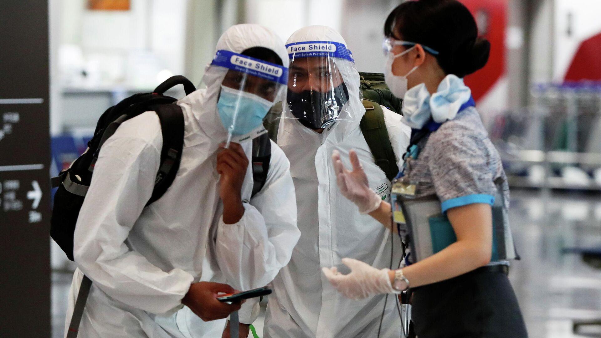 Unos pasajeros con mascarillas de protección en un aeropuerto de Japón - Sputnik Mundo, 1920, 09.06.2021