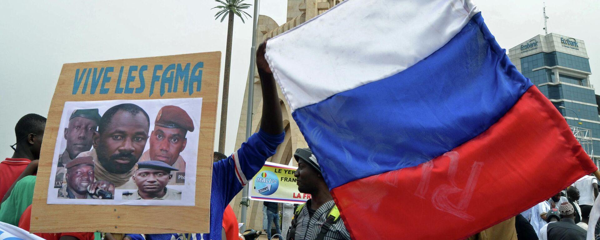 Ciudadanos de Malí con la bandera rusa - Sputnik Mundo, 1920, 09.06.2021