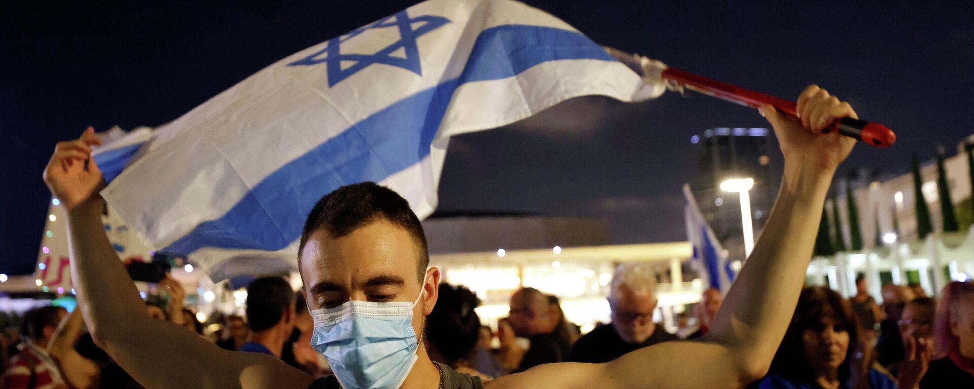 Un hombre con la bandera de Israel - Sputnik Mundo, 1920, 09.06.2021