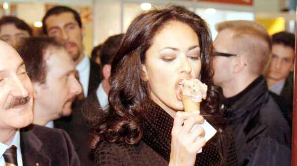 Итальянская актриса Мария Грация Кучинотта во время поедания мороженого в Римини  - Sputnik Mundo