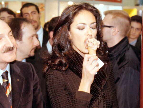 La receta del helado con leche congelada apareció en Europa solo en el siglo XIV, en Italia.En la foto: la actriz italiana Maria Grazia Cucinotta prueba un helado en una feria en Rimini (Italia), en 1998. - Sputnik Mundo