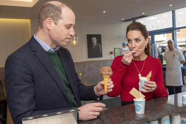 Se hacían postres refrescantes similares en la antigua Grecia e Israel, pero en estos lugares se hacían sencillamente con jugo de fruta congelado.En la foto: el príncipe William y su esposa Catherine se deleitan con un helado durante una visita a Mumbles en Gales del Sur (Reino Unido), en 2020. - Sputnik Mundo