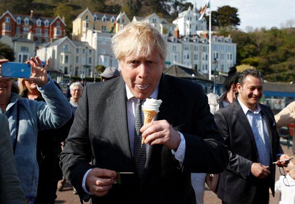 El primer ministro británico, Boris Johnson, disfruta de un helado durante una visita a Llandudno, en Gales del Norte (Reino Unido), en 2021. - Sputnik Mundo